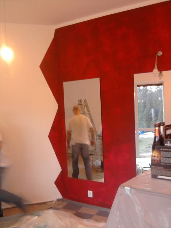 <p>Remont obejmował poprawki i malowanie salonu.</p>